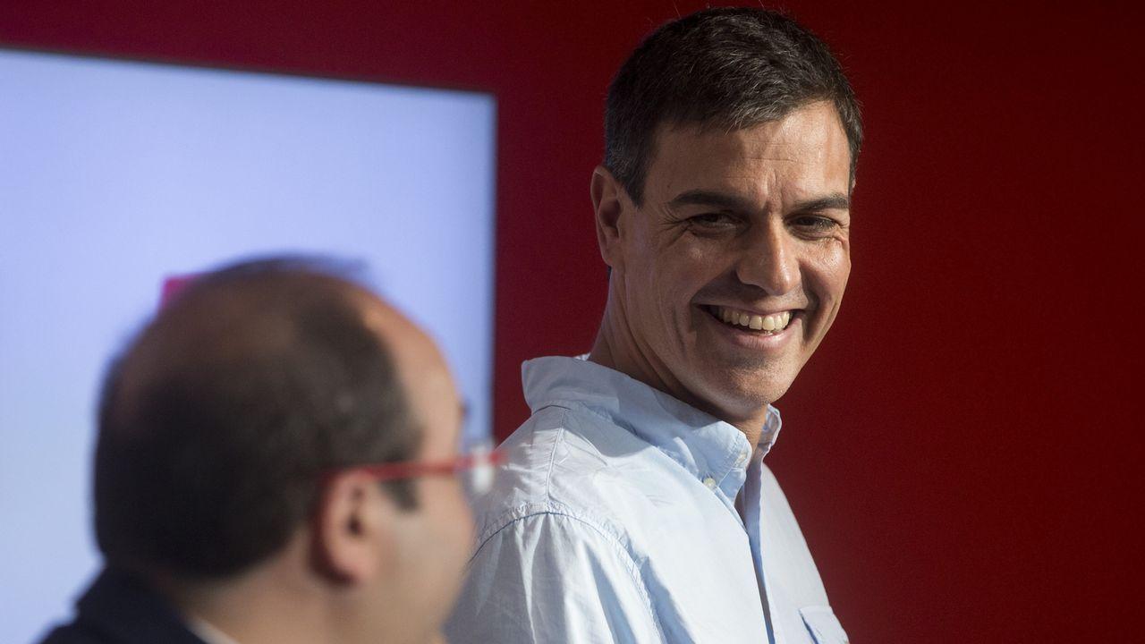 Esto es lo que han dicho los políticos sobre el 1-O.A la izquierda, Adrián Barbón vota en Laviana, mientras que a la derecha José María Pérez charla con unos militantes en San Martín