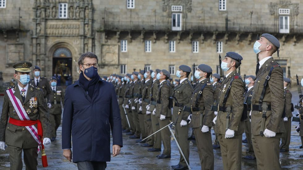 El presidente de la Xunta, Alberto Núñez Feijoo, pasando revista a las tropas como delegado regio