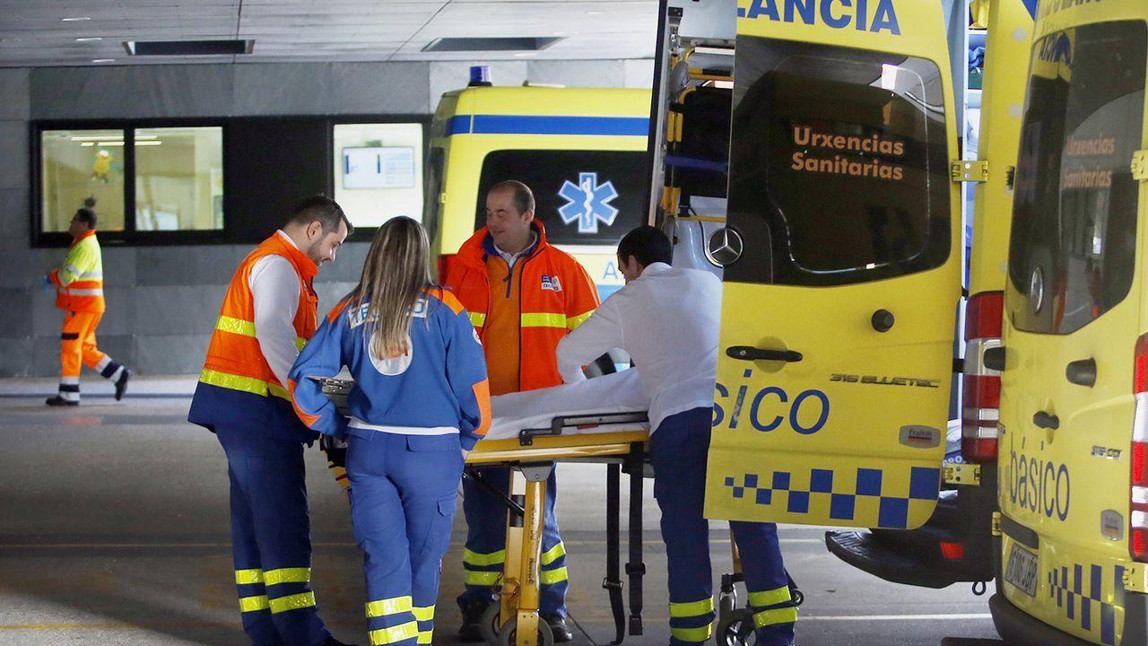 Personal sanitario del hospital Álvaro Cunqueiro de Vigo aplauden a las enfermeras del centro en su día internacional.Niños jugando en Santiago