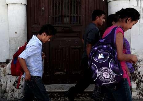 Un menor guatemalteco deportado acompañado por su madre.