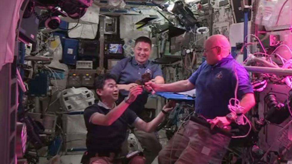 Brindis de los astronautas con hojas de su primera lechuga fresca