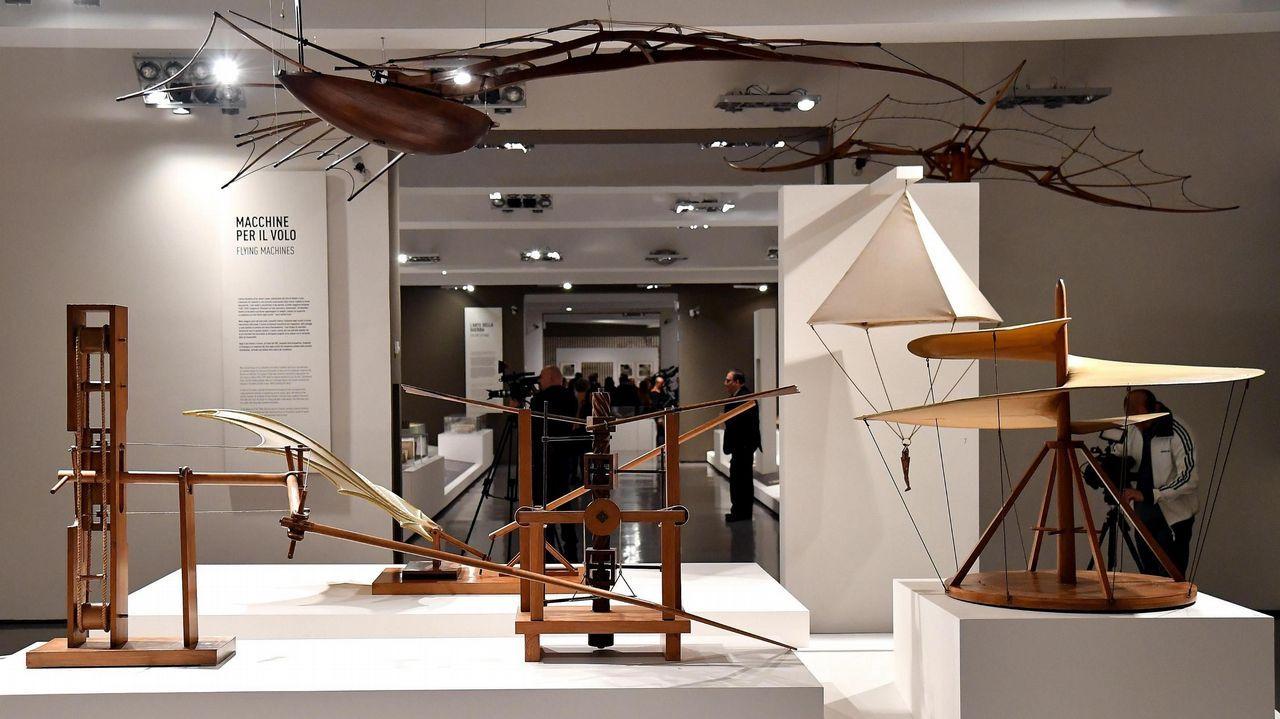 Maquetas de madera inspiradas en los diseños de Leonardo da Vinci mostradas en la exposición «Leonardo da Vinci. La Scienza prima della scienza» en el museo Scuderie del Quirinale en Roma