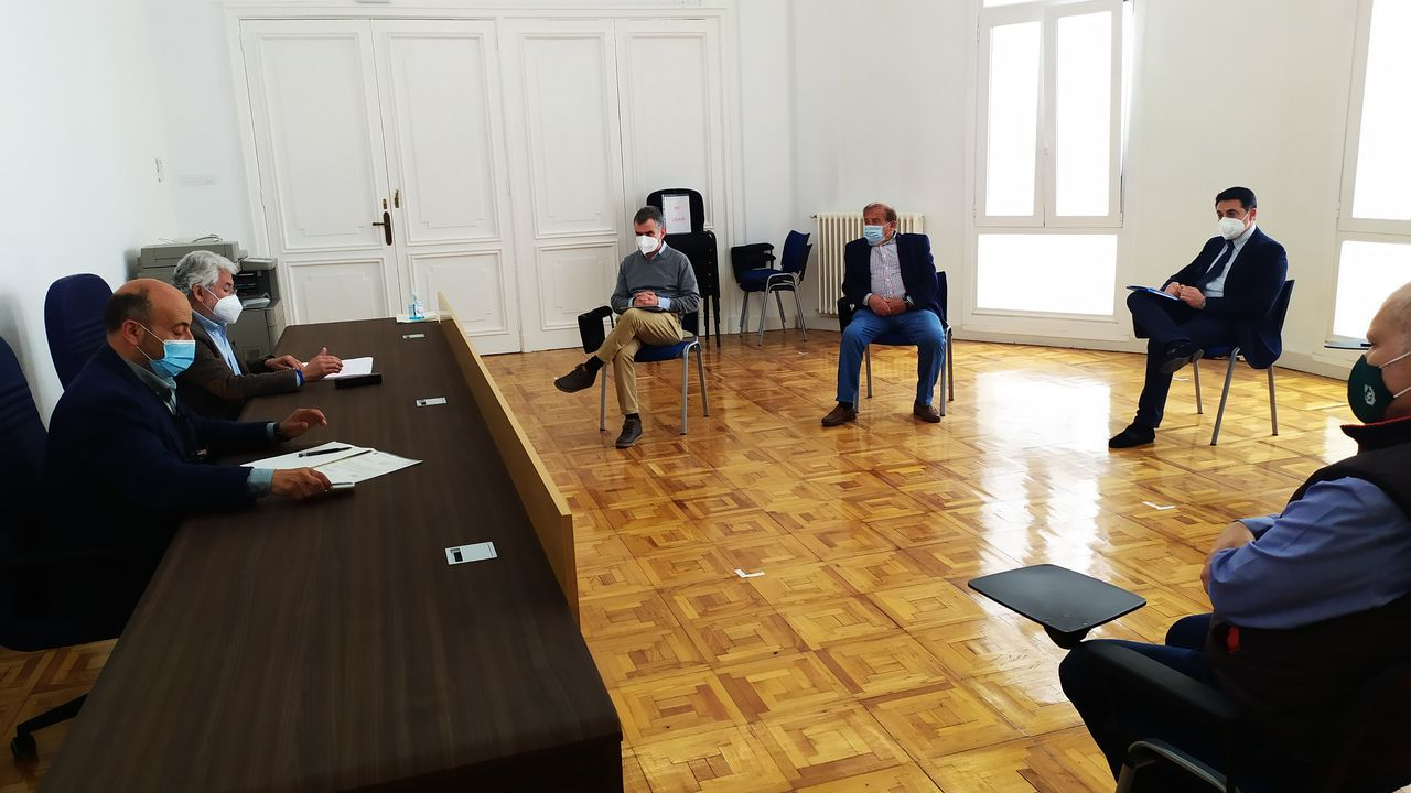 Momento de la inauguración, con el alcalde, Álvaro Fernández, el director de Abanca en A Rúa, Alberto Domaica, y la coordinadora de Afundación para Ourense y Lugo, Beatriz Anguiano