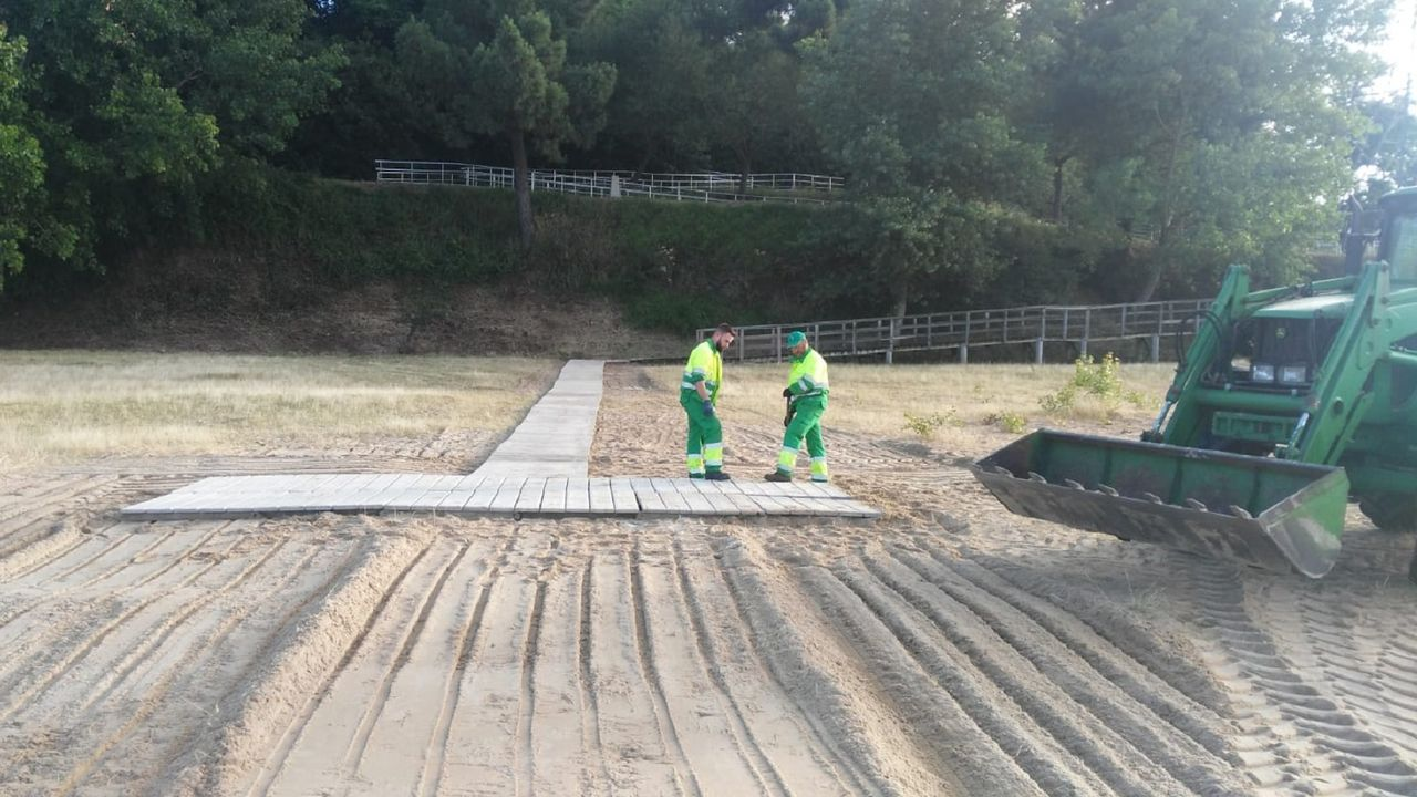 Instalación de la pasarela de madera en la playa de Caranza