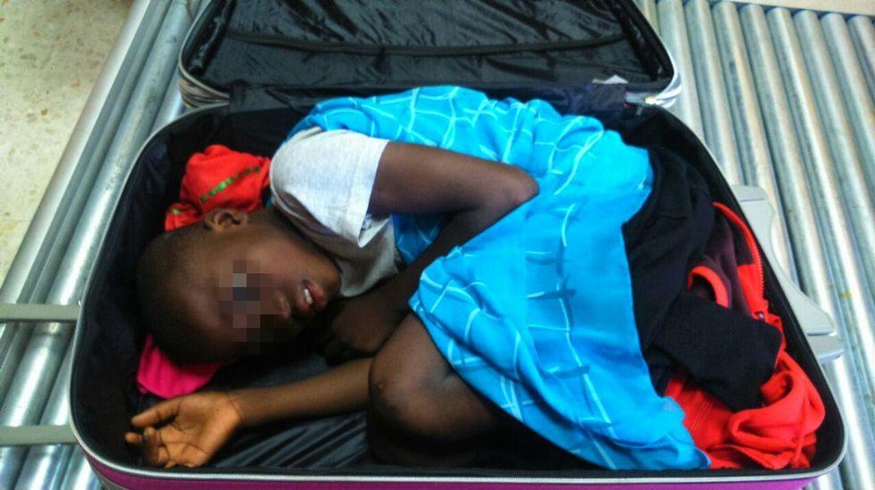 Salvado un marfileño que pretendía entrar a nado en Ceuta.Niño interceptado en Ceuta en el interior de una maleta