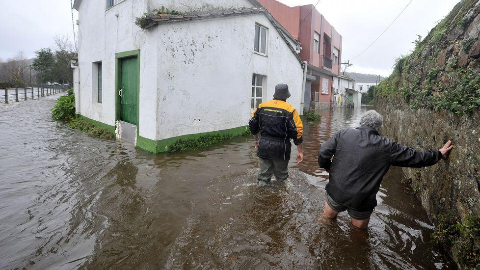 En Neda, algunas casas quedaron completamente rodeadas por el agua.