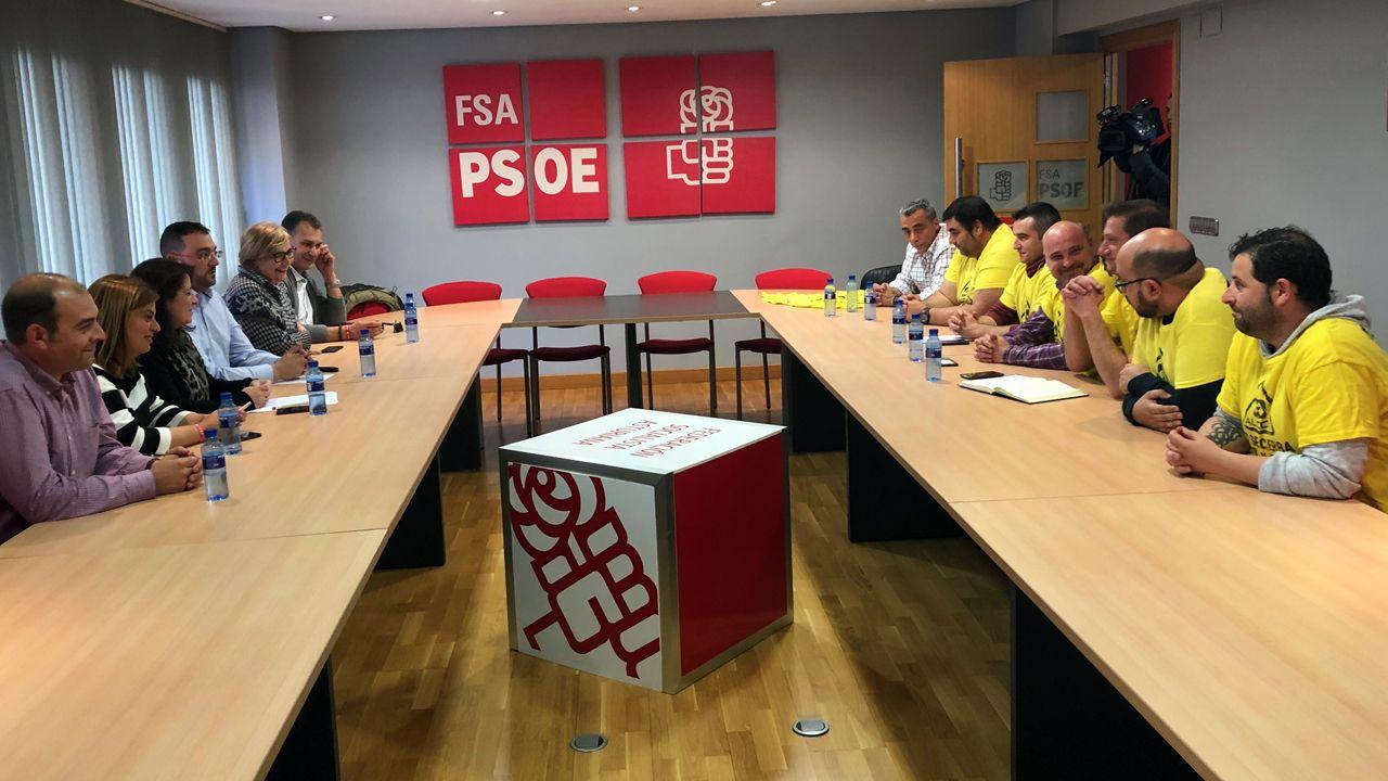 Adriana Lastra, secundada por Adrián barbón, Mariví Monteserín y Gimena Llamedo, entre otros, se entrevista con el comité de empresa de Alcoa