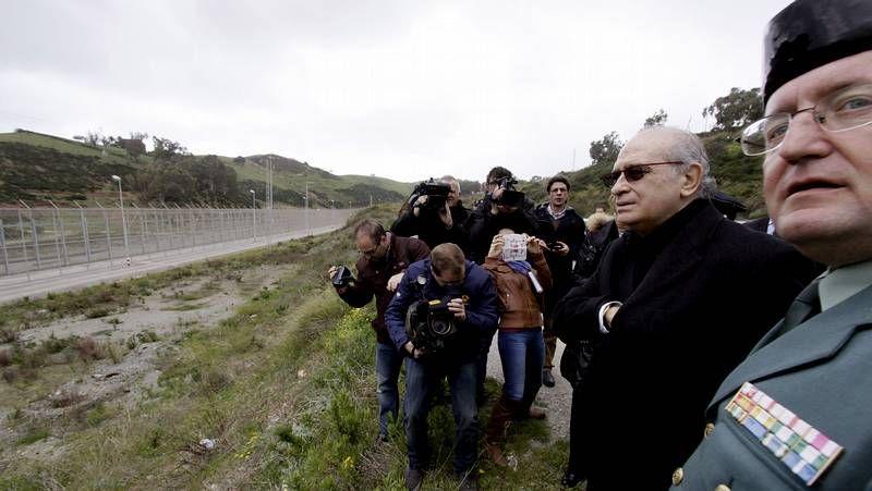 Fernández Díaz inspecciona la valla de Ceuta.Imbroda y Vivas, durante la visita de ayer a la frontera melillense. .