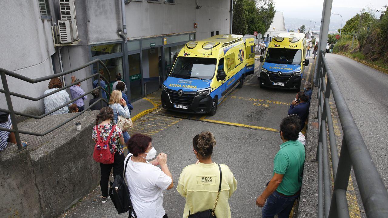Acompañantes de pacientes, este jueves por la tarde, en la entrada del servicio de urgencias del hospital Montecelo, en Pontevedra