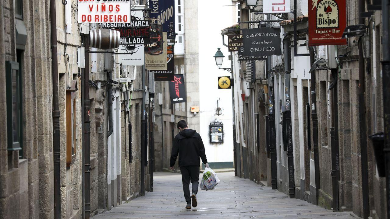 Un vecino de Santiago camina por la rúa do Franco durante el confinamiento