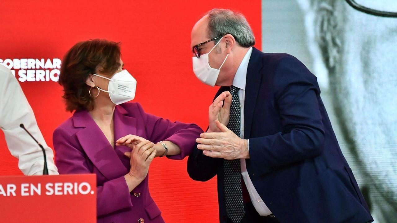El candidato socialista a la Comunidad de Madrid, Ángel Gabilondo, con la secretaria de Igualdad del PSOE y vicepresidenta primera del Gobierno, Carmen Calvo, este sábado en un acto sobre feminismo