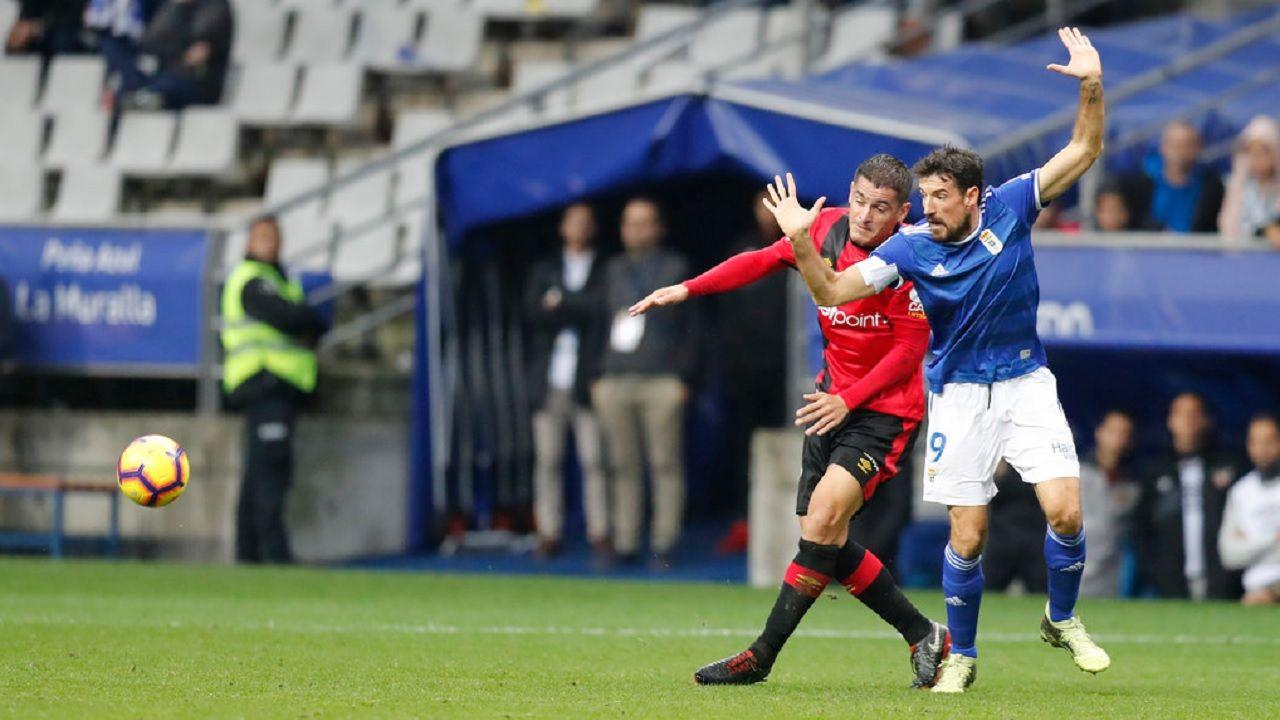 Toche Real Oviedo Mallorca Carlos Tartiere.Toché lucha un balón con un defensa del Mallorca