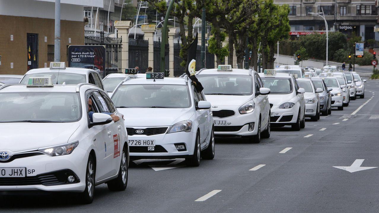 Marcha de taxistas en el centro de A Coruña en verano del 2017, protestando contra el alquiler de vehículos con conductor