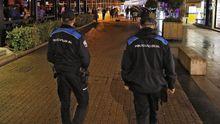 Dos policías locales de Sanxenxo, en una imagen de archivo, por la zona de ocio del puerto deportivo