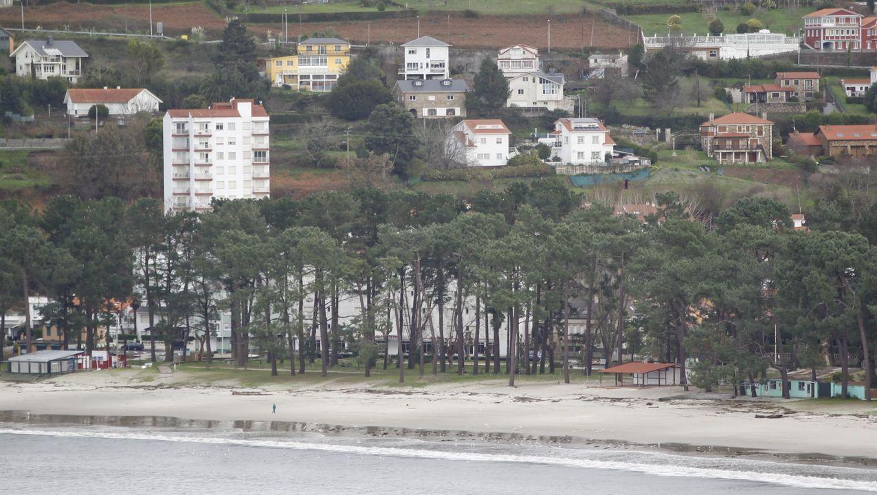 Playa de A Magdalena, en Cabanas.Construcciones de la playa de A Magdalena, en Cabanas