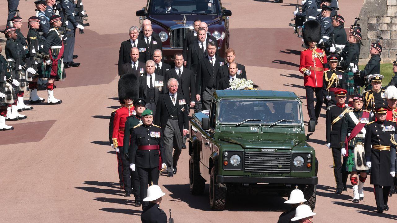 Miembros de la familia real detrás del coche fúnebre
