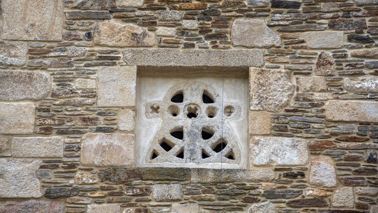 Una celosía de piedra de origen prerrománico en un muro exterior de la iglesia de Atán