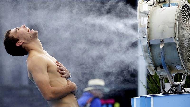 Temperaturas extremas en el Abierto de Australia.Ángel Díaz, con la botella que encontró en la playa de Ferrol.