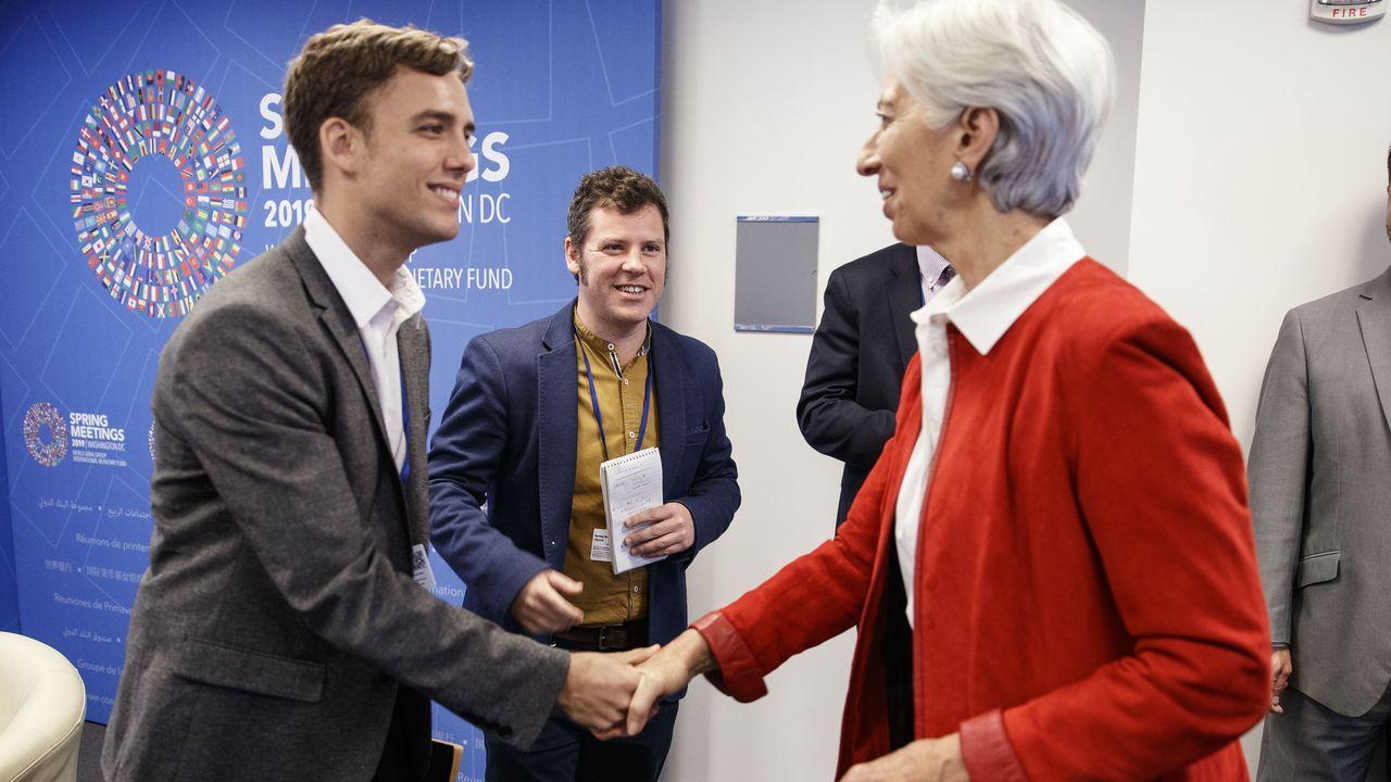 Christine Lagarde, actual directora del Banco Central Europeo y exdirectorada del FMI, saluda a Álex Segura