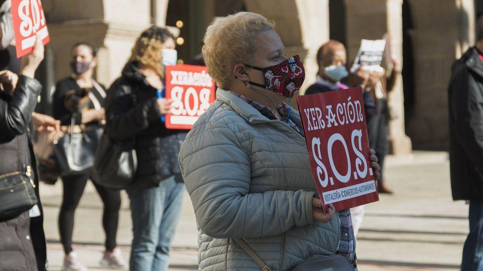 Protesta en Verín por la decisión de la Xunta de mantener el cierre del municipio pese a bajar la incidencia del covid-19.El sector de hostelería volvió a manifestarse en la praza Maior de Ourense
