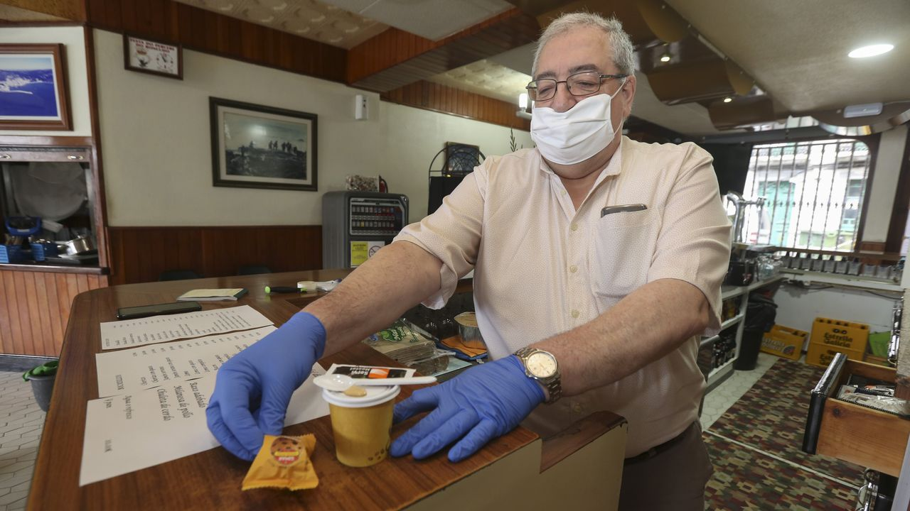 Julián Saleta, gerente del restaurante cormelán, sirvió ayer un café.