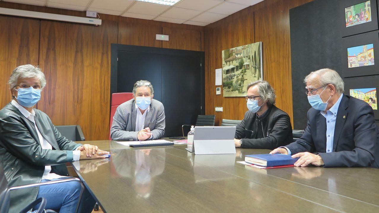 María Cid, presidenta de la asociacion de comerciantes de Loureiro Crespo, presentó la campaña con el concejal de Obras, Demetrio Gómez