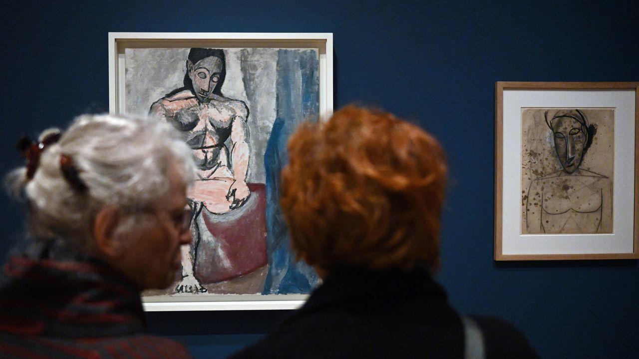 Dos mujeres contemplan sendas obras de Picasso exhibidas en la exposición de la Royal Academy londinense