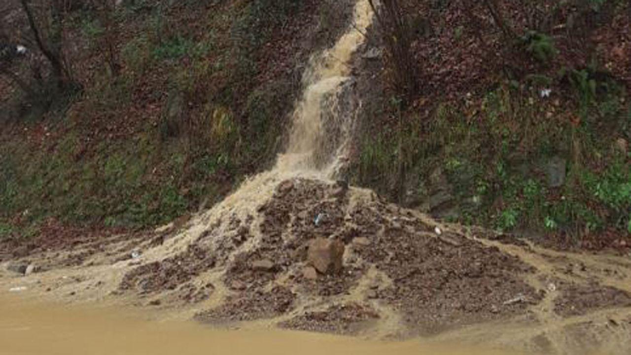 El temporal de lluvia provoca grandes acumulaciones de agua en Mieres