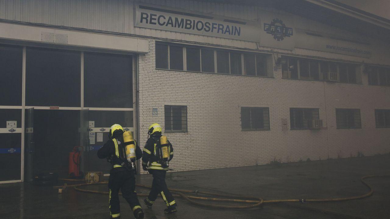 Los bomberos inspeccionan la nave menos dañada de Fraín