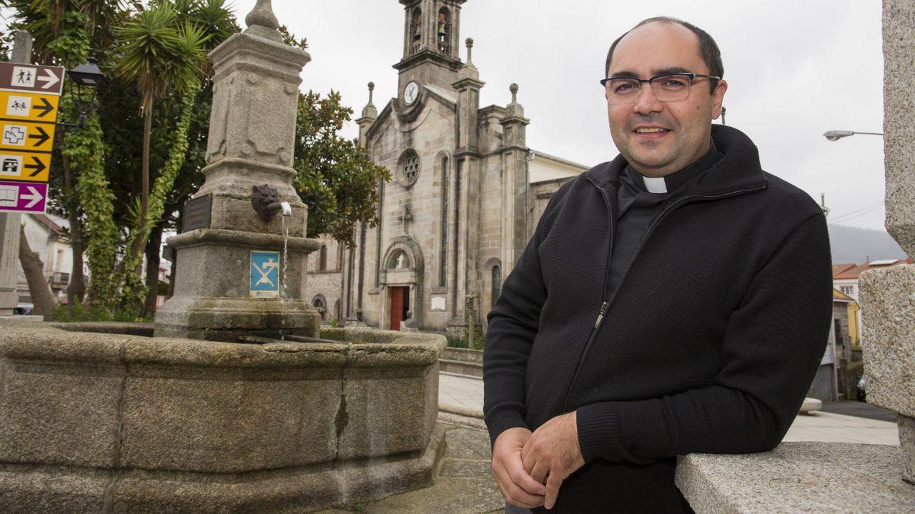 El obispo auxiliar de la Arquidiócesis de Managua, Silvio José Báez, durante su visita el pasado día 15 a Ernesto Cardenal en el hospital