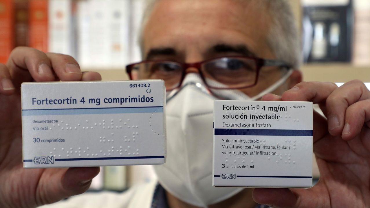 El SanXoán más atípico de la historia reciente, en fotos.Un farmacéutico muestra dos envases en Santiago