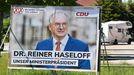 El presidente de Sajonia-Anhalt y candidato conservador, Reiner Haseloff, en un cartel electoral de la CDU