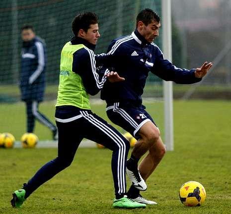 Santi Mina pugnando con Samuel durante un entrenamiento en A Madroa.