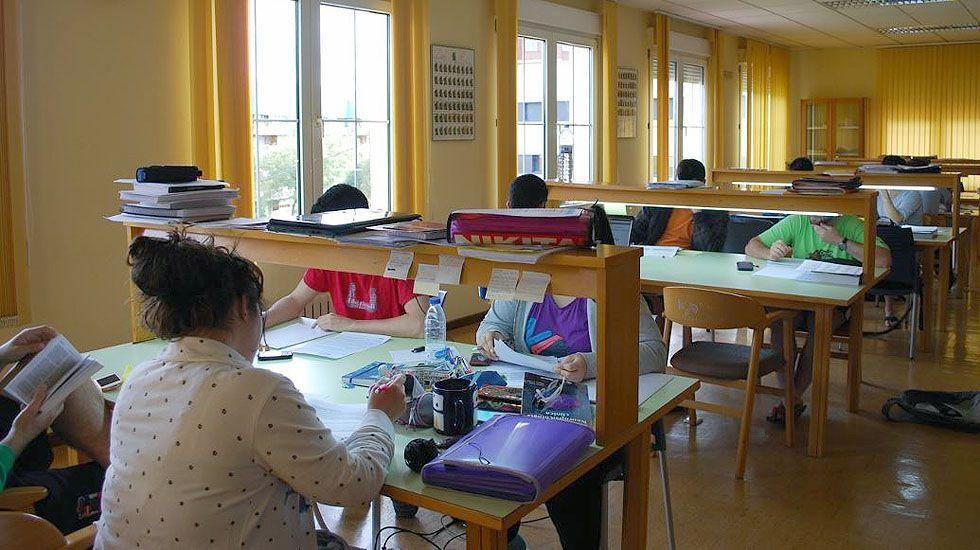 Un grupo alumnos estudia en la biblioteca del Colegio mayor San Gregorio, de la Universidad de Oviedo.Un grupo alumnos estudia en la biblioteca del Colegio mayor San Gregorio, de la Universidad de Oviedo