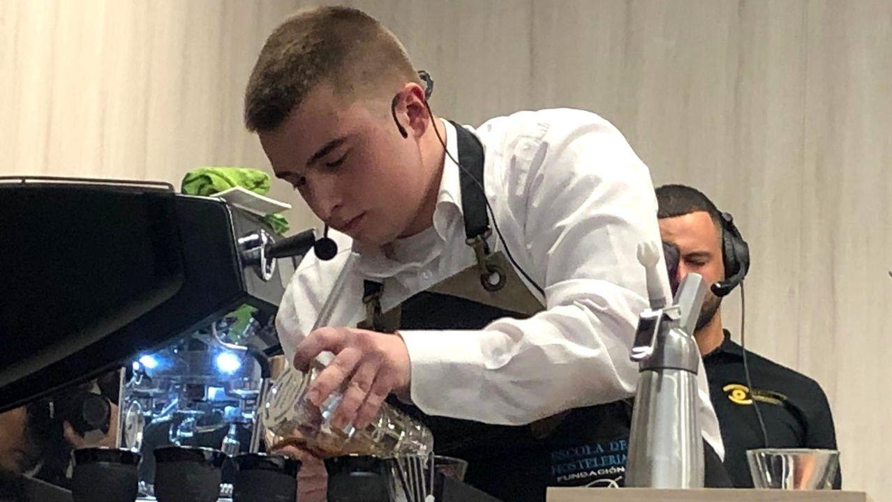 Carlos Rodríguez sirviendo uno de los preparados con los que compitió en el campeonato internacional celebrado en Foz