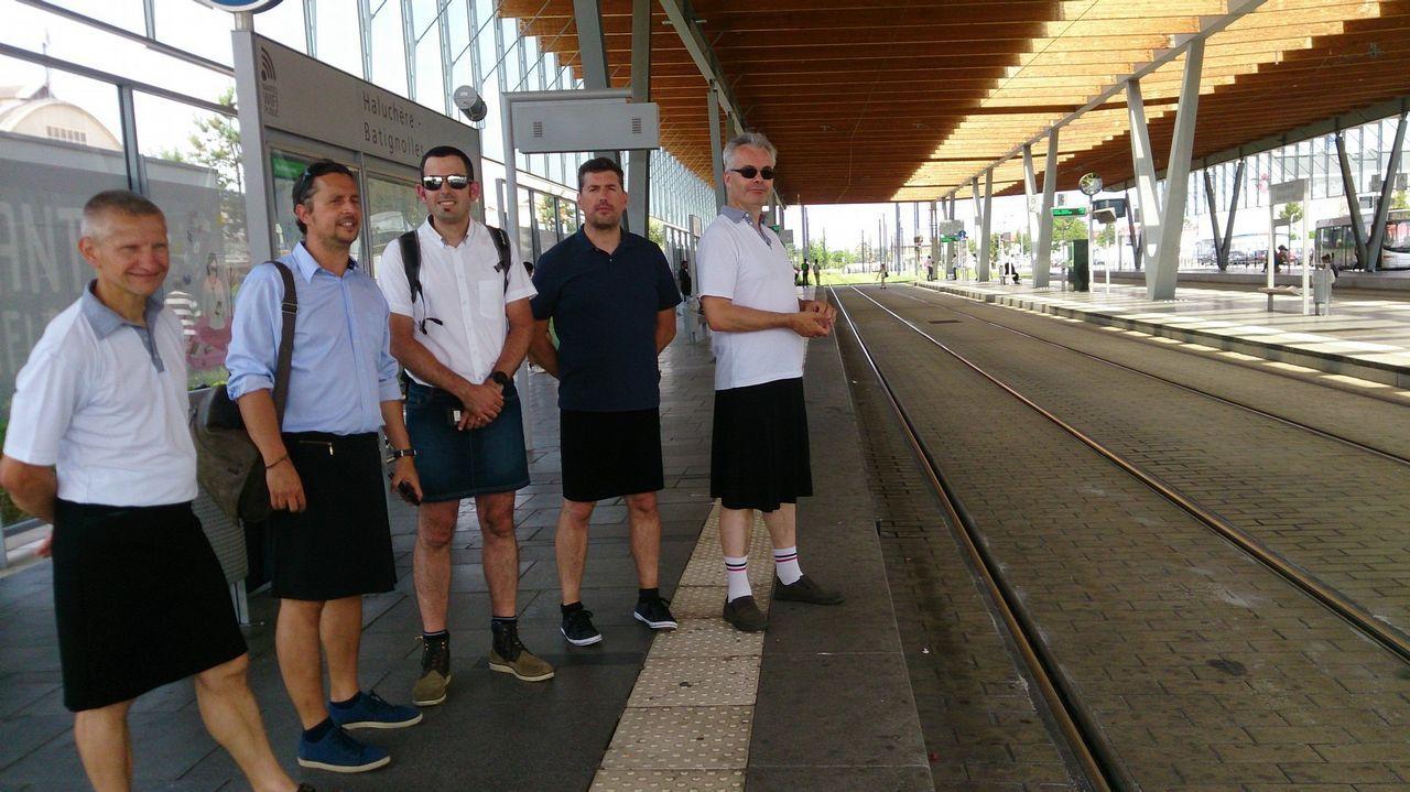 «Nadie me regala nada en <span lang= gl >Bioloxía</span>».Conductores de autobús de Nantes llevan falda estos ´dias como protesta por no poder llevar pantalón corto.