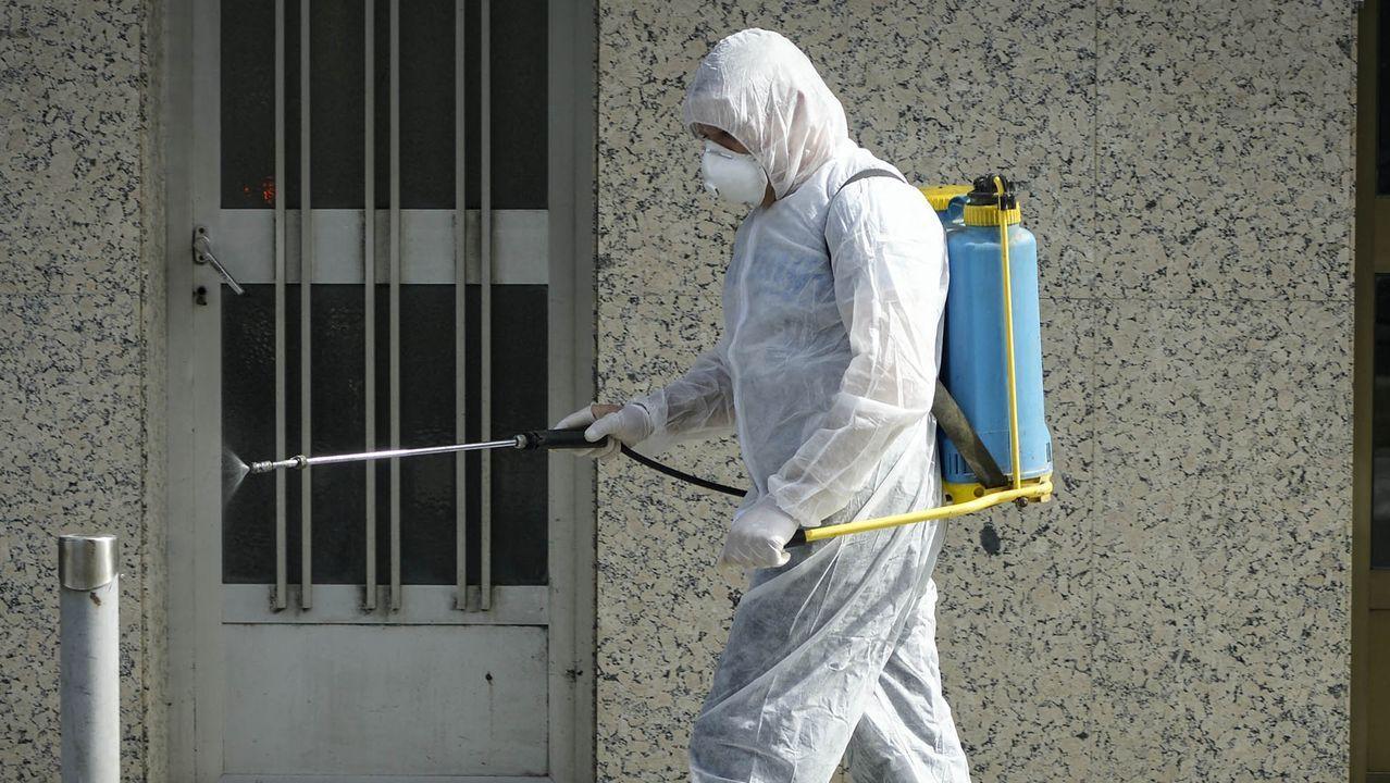 Desinfección de las calles en Ribadavia durante el noveno día de estado de alarma, este domingo