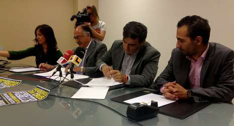 Firma del convenio entre la promotora y el gerente del Ifevi.