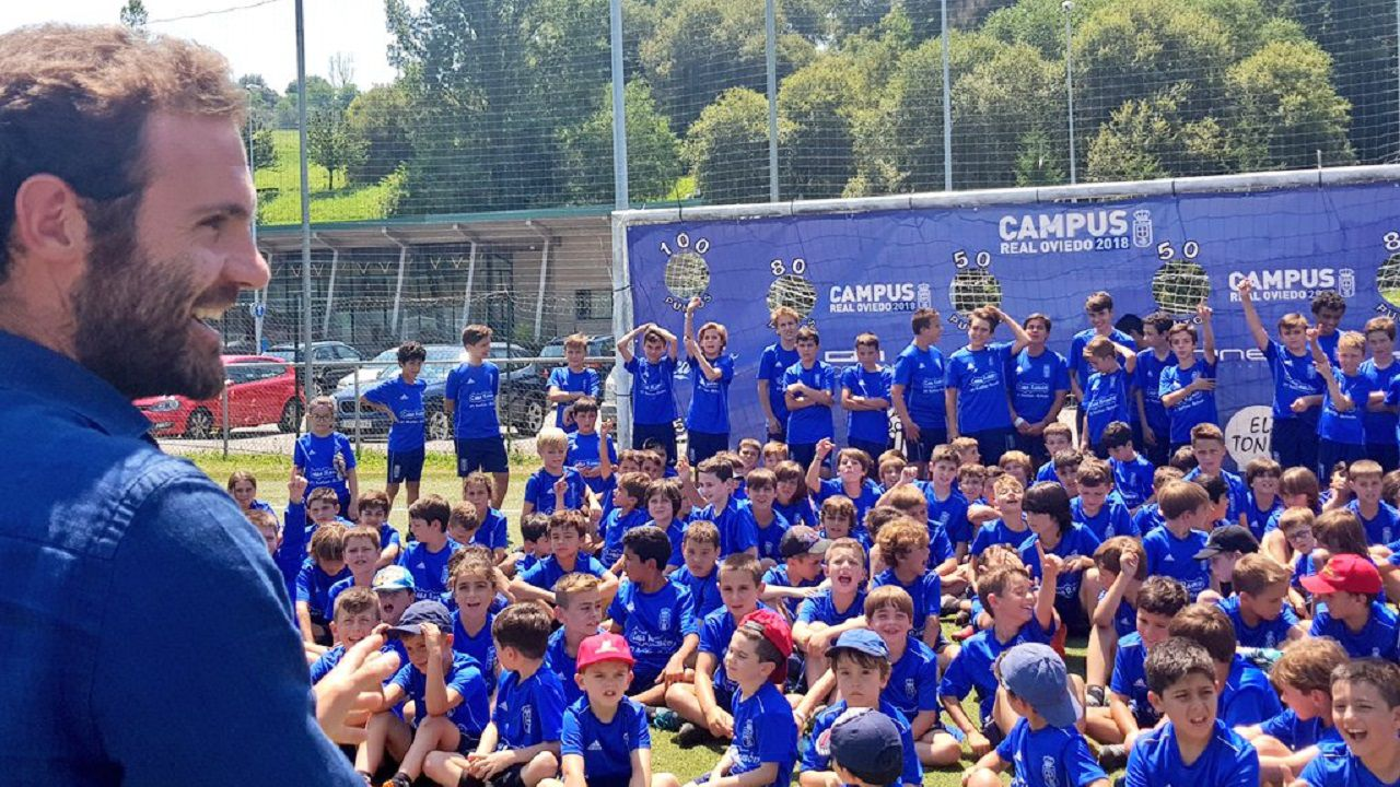 Balon futbol requexon.Juan Mata en el Campus del Real Oviedo