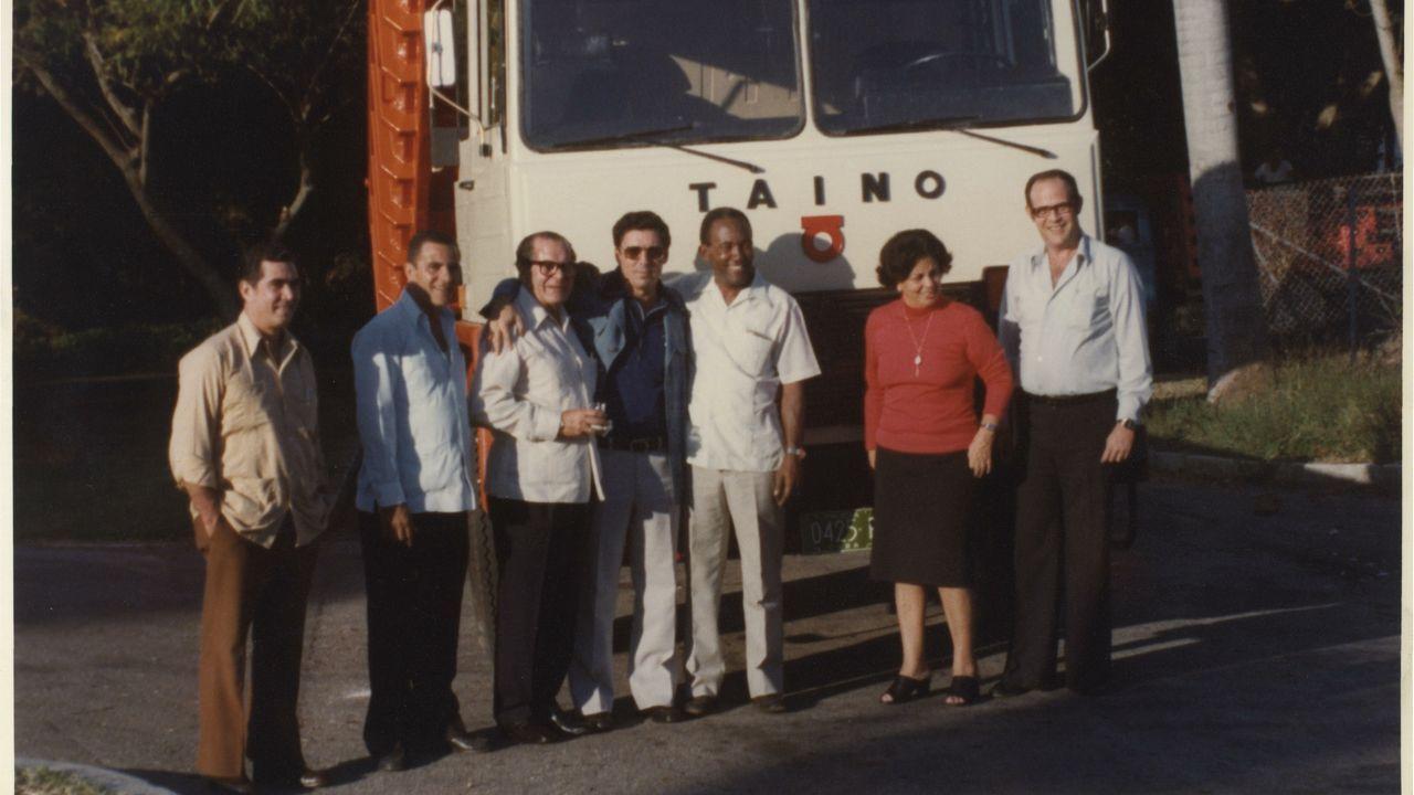 Eduardo Barreiros y colaboradores delante de un camión Taino, en La Habana (Cuba). 1980