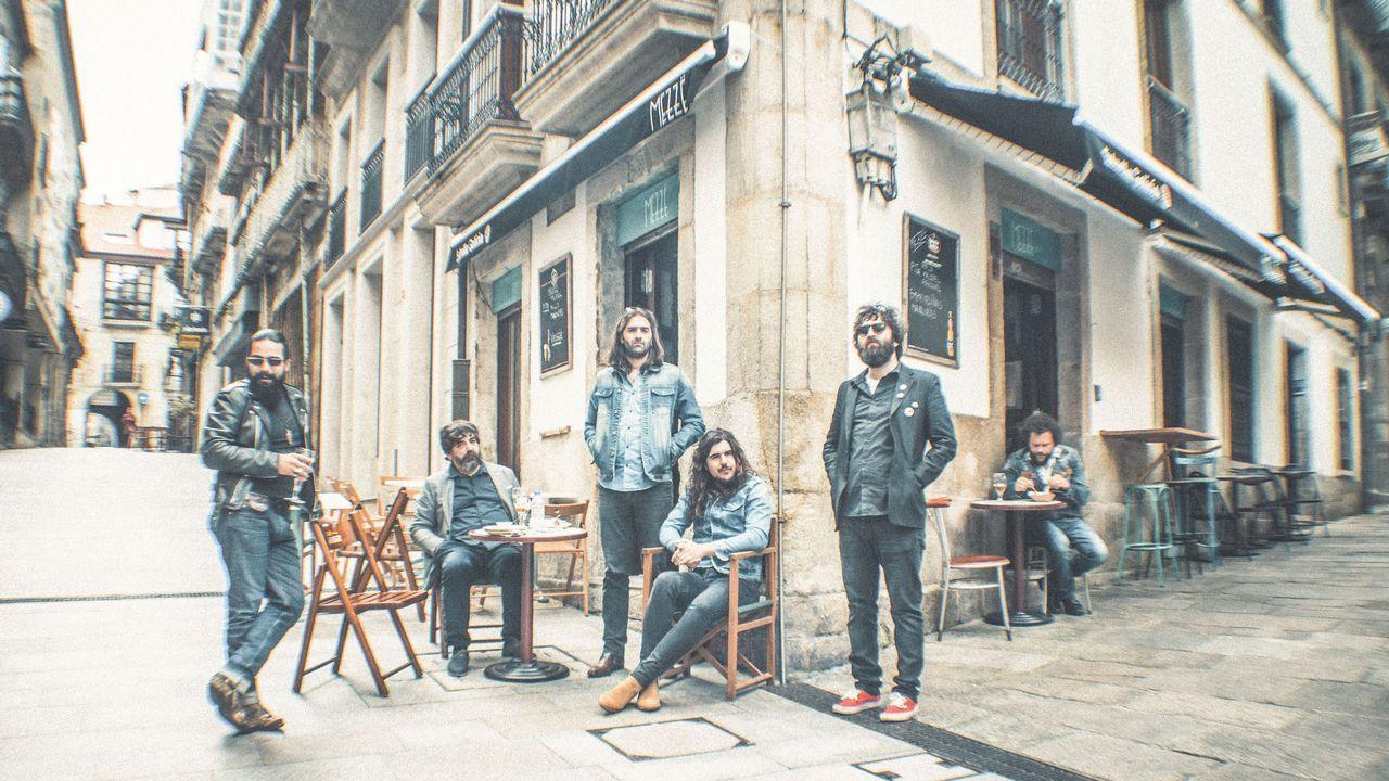 The Soul Jacket en una de las fotografías de la sesión de la que salió la portada de «Plastic Jail»