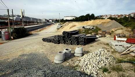 El acopio de material de construcción junto a las viviendas es una de las quejas de los vecinos.