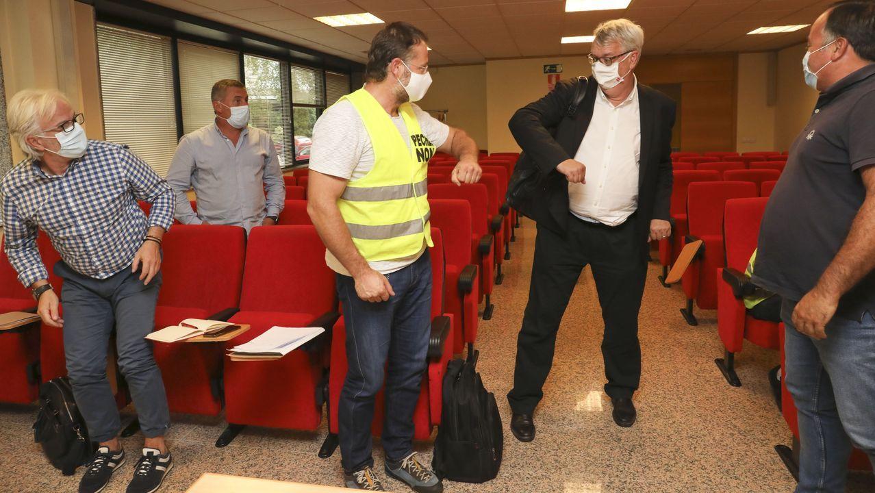Protesta de los trabajadores de Alcoa ante el Parlamento de Galicia.Arnaud Weert, jefe de operaciones de la división de aluminio de Liberty, Alvance Aluminium Group, saluda a miembros del comité de San Cibrao