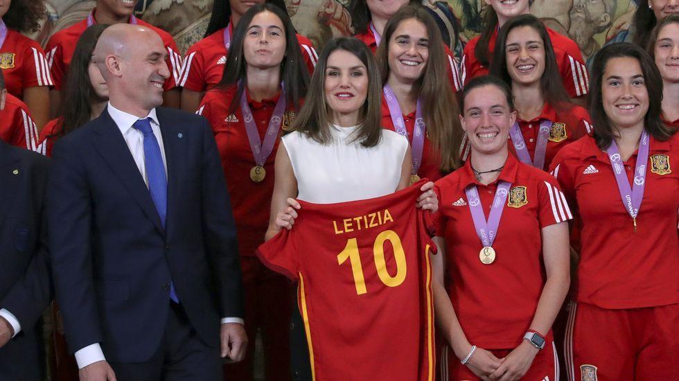 La Reina Letizia, acompañada del presidente de la Real Federación Española de Fútbol Luis Rubiales, durante la recepción en audiencia a la selección española femenina de fútbol sub-17, tras proclamarse campeona de Europa, esta mañana en el Palacio de la Zarzuela en Madrid