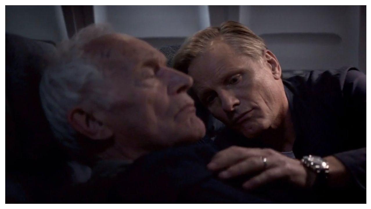 Los actores Lance Henriksen y Viggo Mortensen, en una escena del filme «Falling»