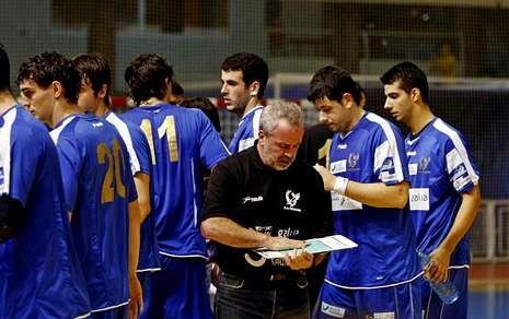 Conoce a los primeros «Supervivientes».Javier Barrios dando instrucciones a los jugadores antes de comenzar un partido.