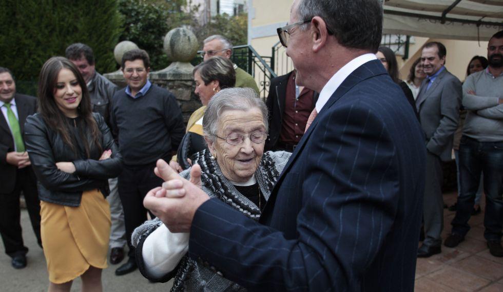 Cándida Carballo se animó a bailar en la fiesta con que celebró su llegada a los 100 años.