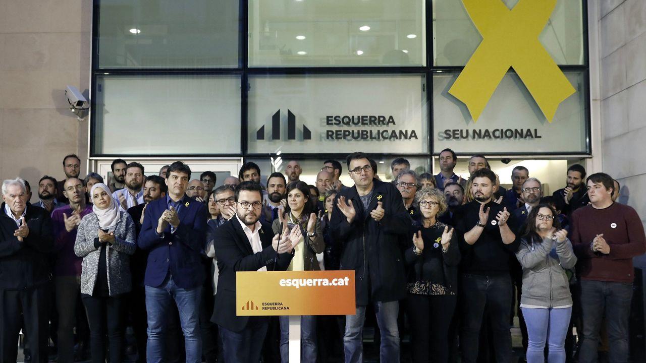 Torra: «Cataluña está esperando a sus políticos honorables».Carles Puigdemont, Oriol Junqueras  y Raúl Romeva en un acto del Diplocat en Bélgica