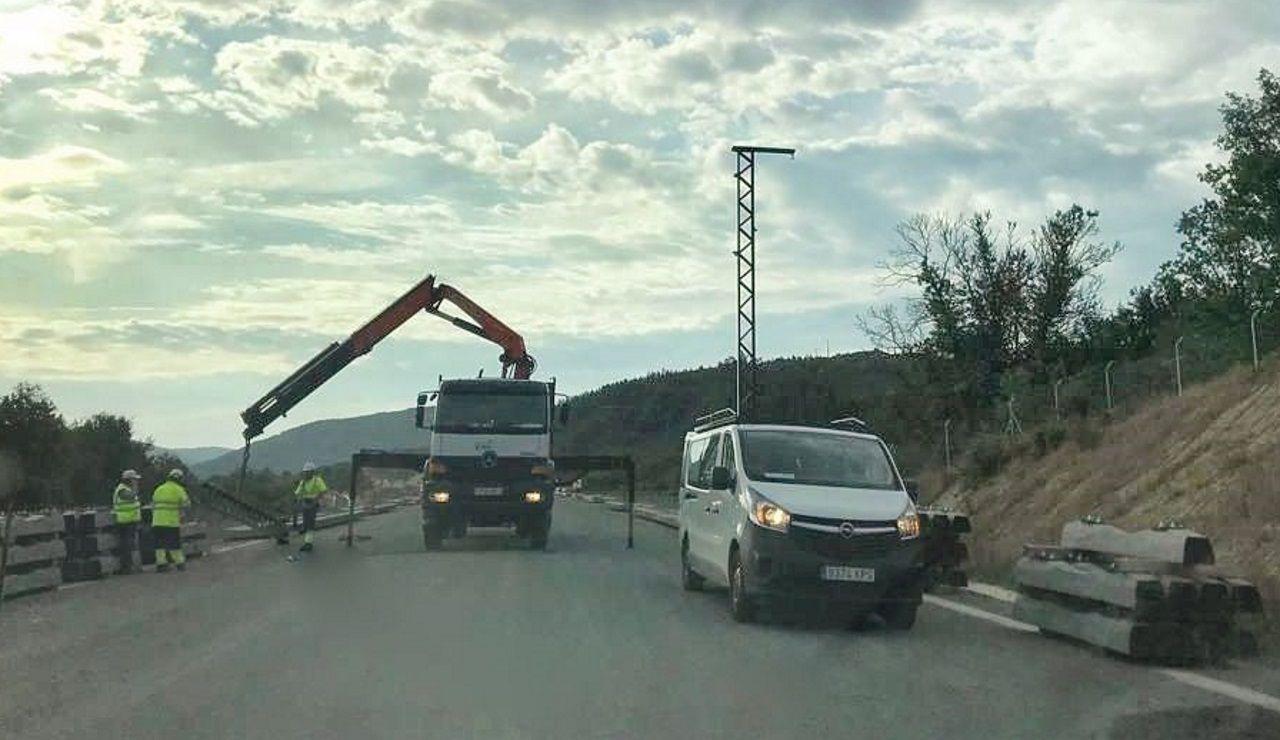 Instalación del primer poste de catenaria entre Taboadela y Campobecerros, en la provincia de Ourense