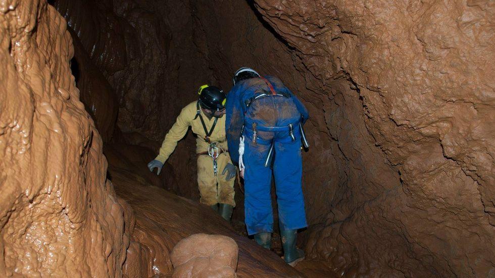 A gruta ten unha entrada estreita, pero no seu interior é considerablemente ampla